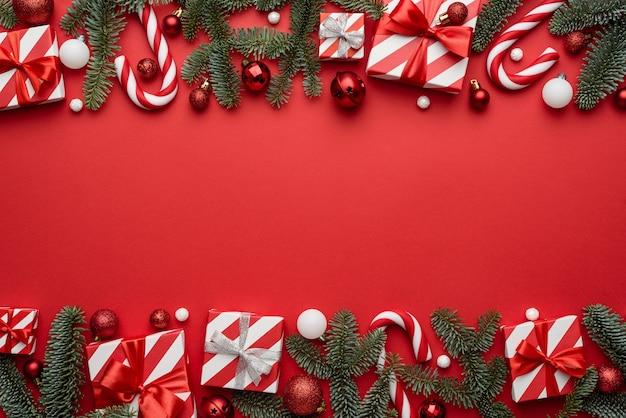 Boże narodzenie tło z ramą ozdobioną świątecznymi prezentami i gałęziami jodły