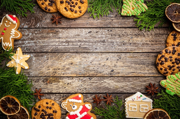 Boże narodzenie tło z świątecznymi ciasteczkami i świąteczną dekoracją