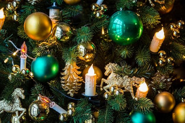 Boże narodzenie tło z złote zabawki i girlanda świec