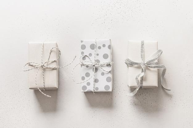 Boże narodzenie trzy białe prezenty na białym tle. święta bożego narodzenia.