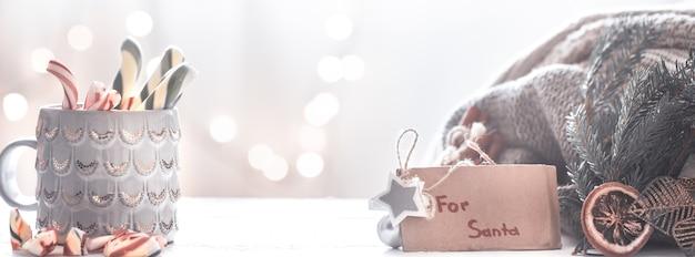 Boże narodzenie uroczysty tło z prezentem dla świętego mikołaja