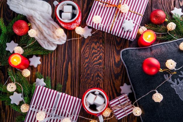 Boże narodzenie w tym pudełka na prezenty, gorąca czekolada, gałęzie jodły i inne ozdoby