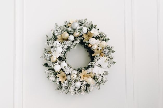 Boże narodzenie wieniec na białym tle
