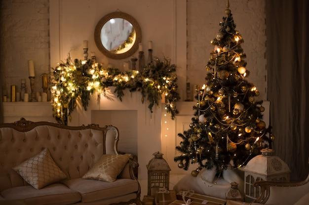 Boże narodzenie wnętrza. magiczne świecące drzewo, prezenty kominkowe w ciemności w nocy.