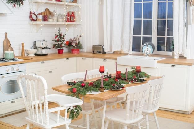 Boże narodzenie wnętrze kuchennej choinki w dekoracji kuchennej