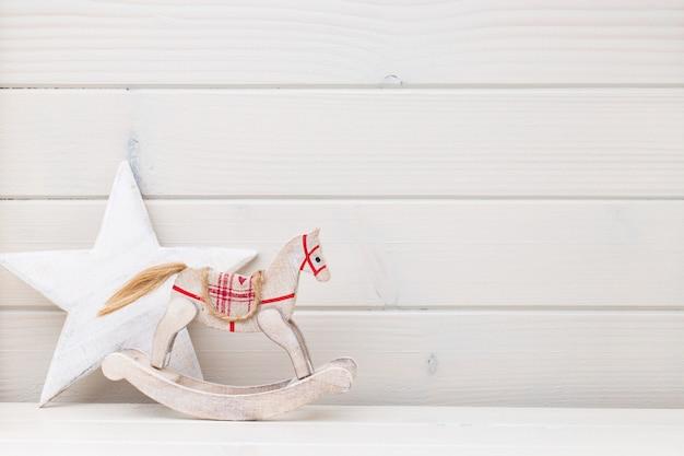 Boże narodzenie wystrój na drewnianym stole biały z lato.