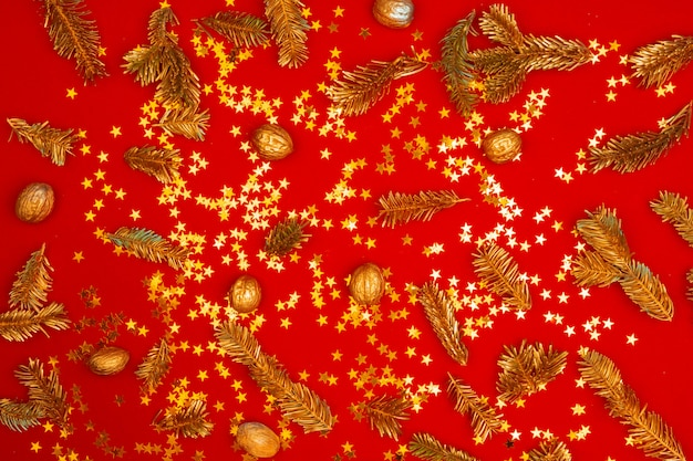 Boże narodzenie wzór świątecznych dekoracji na czerwonym tle