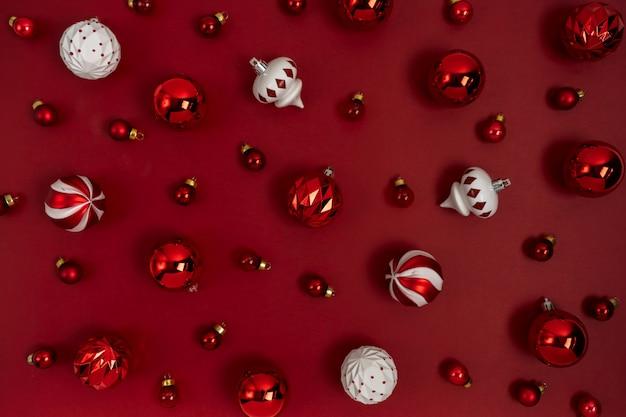 Boże narodzenie wzór wykonany z brokatem czerwone kulki drzewo zabawki dekoracji na czerwonym tle z miejsca kopiowania. nowy rok układ kart okolicznościowych. leżał płasko.