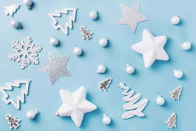 Boże narodzenie z białym wystrojem, kulki, gwiazdki na niebiesko. widok z góry. wzór świąteczny.