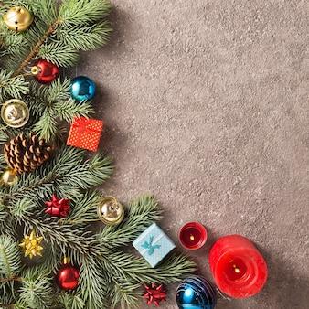 Boże narodzenie z choinką zdobią kolorowe ozdoby świąteczne