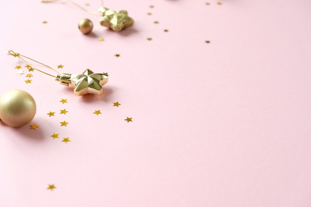 Boże narodzenie z dekoracjami i pudełkami na różowo