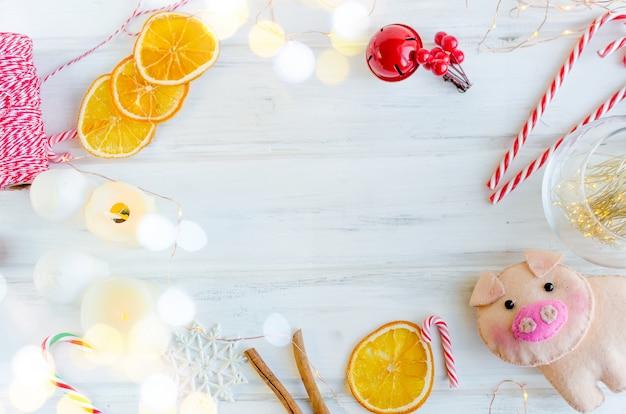 Boże narodzenie z girlandami, świnką, prezentami, zabawkami świątecznymi