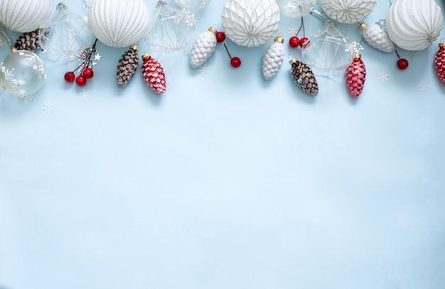 Boże narodzenie z szyszkami i białymi bombkami oraz czerwonymi jagodami
