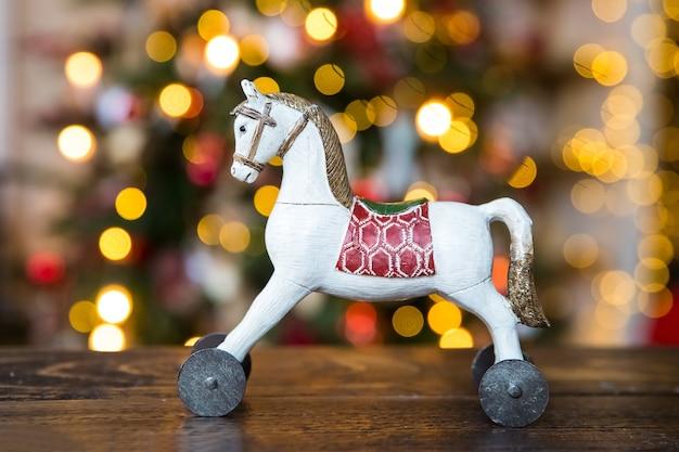 Boże narodzenie zabawka koń na nieostre tło bokeh