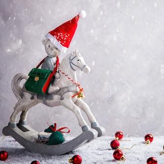 Boże narodzenie zabawka niedźwiedź na koniu