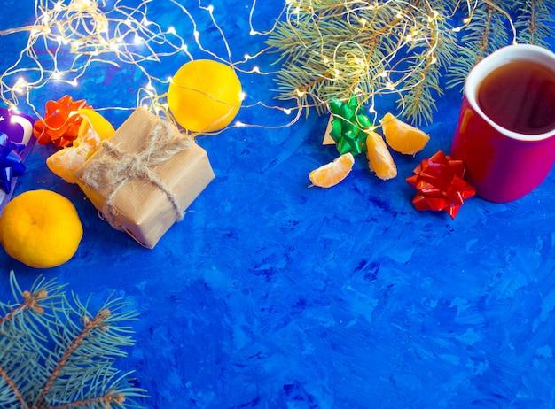 Boże narodzenie zabawka w śnieżnym tle.