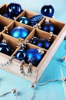 Boże narodzenie zabawki w pudełku na drewnianym stole z bliska