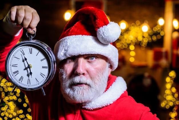 Boże narodzenie zegar czas na świętowanie wesołych świąt szczęśliwego nowego roku bożego narodzenia santa man świętuj