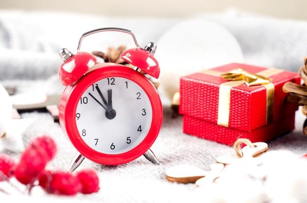 Boże narodzenie zestaw z czerwonym budzikiem i prezentami na jasnoszarym tle