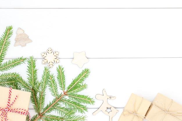 Boże narodzenie zima białe drewniane tło z gałęzi choinki i pudełkami na prezenty