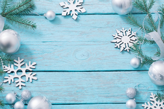 Bożenarodzeniowa dekoracja na błękitnym drewnianym tle