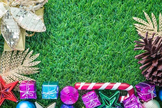 Bożenarodzeniowa dekoracja na zielonej trawie z kopii przestrzenią
