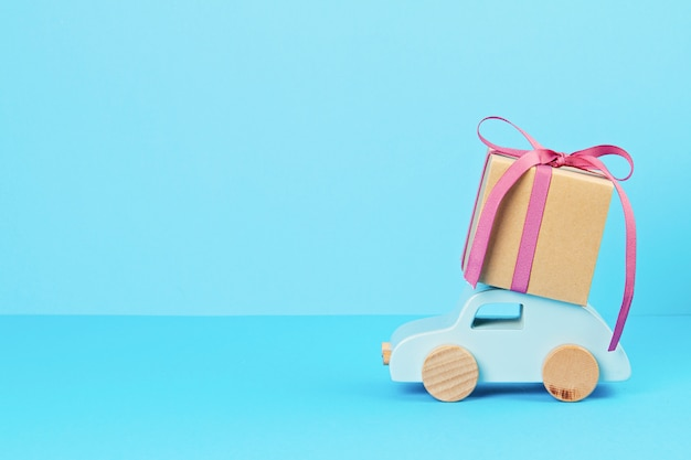 Bożenarodzeniowa dekoracja z drewnianym samochodem, prezenty z kopii przestrzenią. kartkę z życzeniami sezonowymi