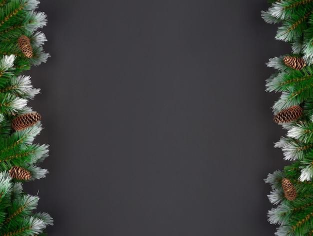 Bożenarodzeniowa dekoracja z jodeł gałąź i świerkowymi kępkami na ciemnym tle z kopii przestrzenią