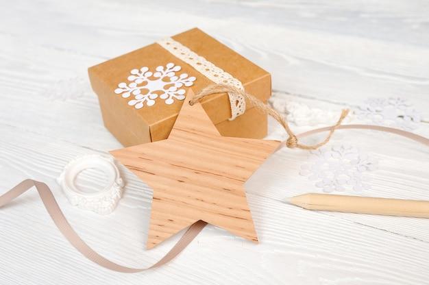 Bożenarodzeniowa drewniana gwiazdowa etykietka z faborkiem, na prezenta tle