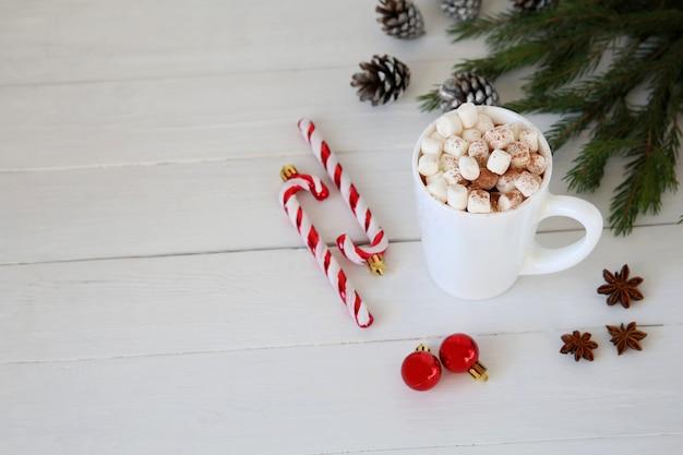 Bożenarodzeniowa gorąca czekolada z piankami, boże narodzenie zabawkarska miętowa cukierek trzcina przy kubkiem, kopii przestrzeń.