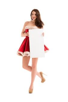 Bożenarodzeniowa kobieta trzyma dużą biel kartę
