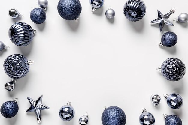 Bożenarodzeniowa rama klasyczne błękitne piłki na popielatym. widok z góry. świąteczna granica życzeń. karta z pozdrowieniami świątecznymi.