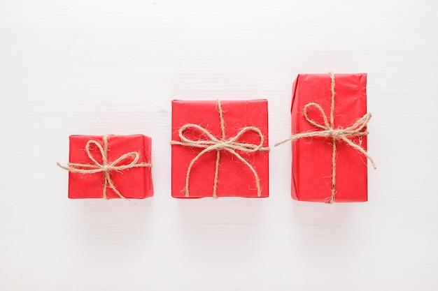 Bożenarodzeniowa skład z czerwonymi pudełkami, teraźniejszość i prezentami. płaskie leżało. koncepcja wakacje.