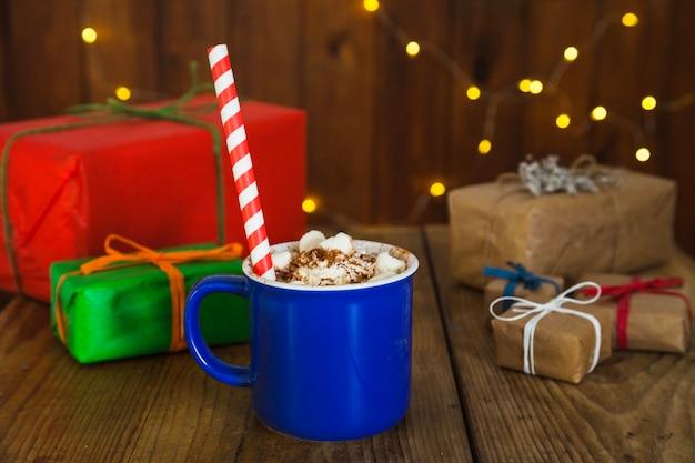 Bożenarodzeniowa skład z kawą i teraźniejszość pudełkami