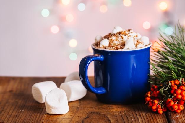 Bożenarodzeniowa skład z kawowym kubkiem