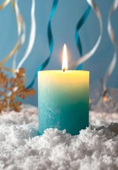 Bożenarodzeniowa świeczka w śniegu