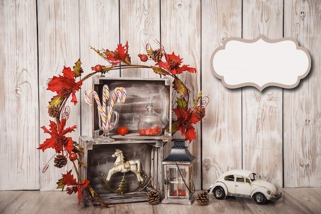 Bożenarodzeniowe cukierek trzciny w słoju z xmas dekoracją na drewnianym tle