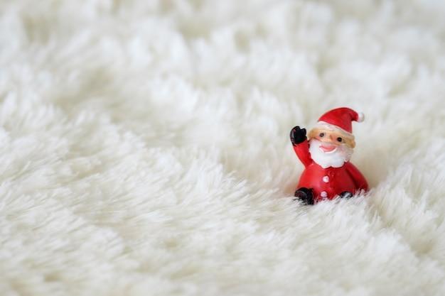 Bożenarodzeniowe dekoracje z śnieżnym i czerwonym tłem zamyka up i selekcyjna ostrość.