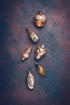 Bożenarodzeniowe rocznika złota zabawki na brown tle