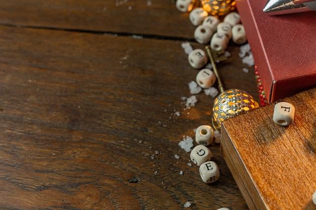 Bożenarodzeniowe wyposażenie dekoracje na drewnianym tle dla wakacyjnego pojęcia.
