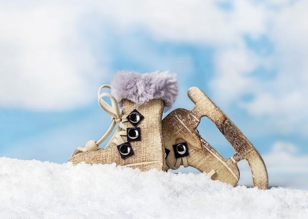 Bożenarodzeniowe zabawki jeździć na łyżwach od drewnianego na tle nieba