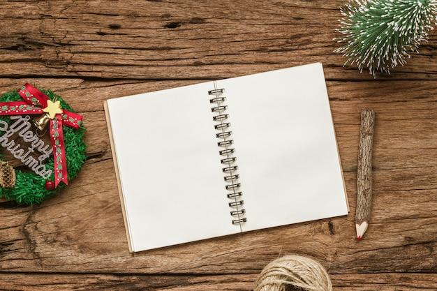 Bożenarodzeniowego makieta pusty notatnik na grunge drewnie
