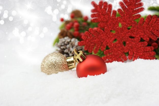 Bożenarodzeniowi baubles w śniegu