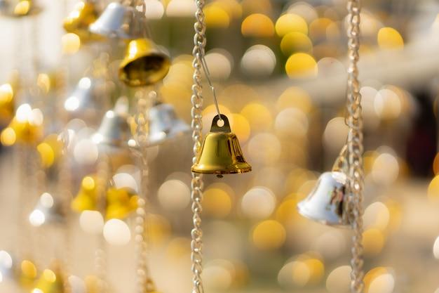 Bożenarodzeniowi dzwony na drzewie przeciw defocused tłu.