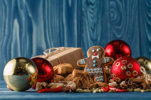 Bożenarodzeniowi masła i czekolady ciastka z świąteczną dekoracją na białym drewnianym stole, selekcyjna ostrość. jadalny prezent