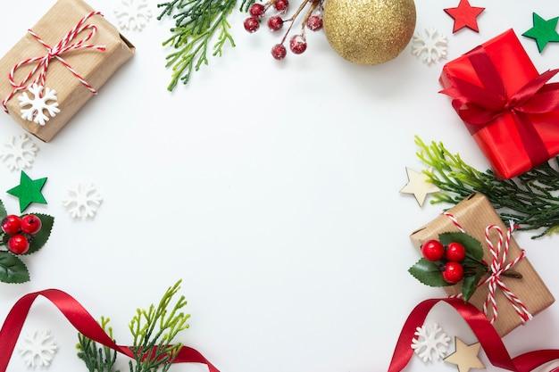 Bożenarodzeniowi prezentów pudełka, czerwony faborek odizolowywający na białym tle.
