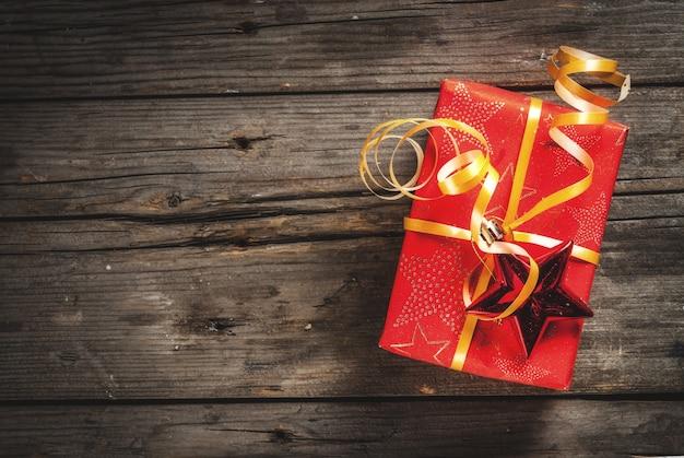 Bożenarodzeniowi prezentów pudełka, stary nieociosany drewniany tło