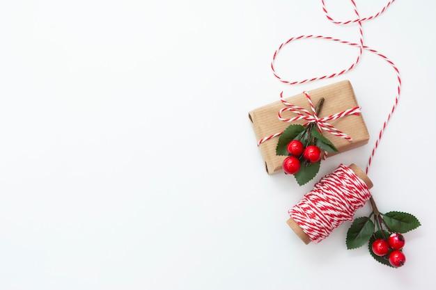 Bożenarodzeniowi prezentów pudełka zawijający w rzemiosło papierze na białym tle ,.