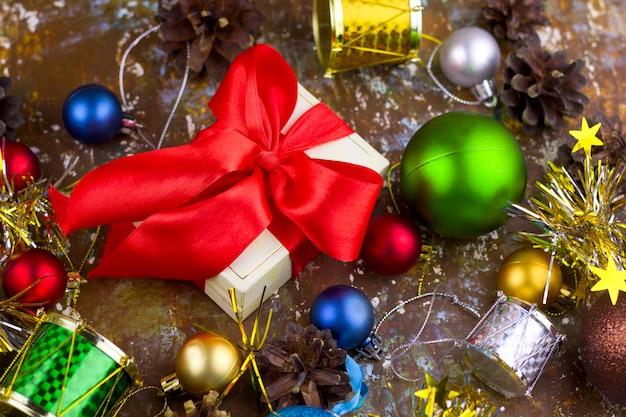 Bożenarodzeniowi prezenty i dekoracje na rocznika brązu podławym tle