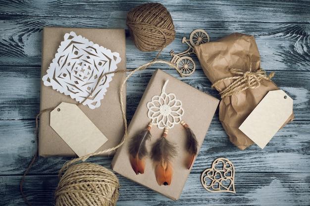 Bożenarodzeniowi prezenty na drewnianym